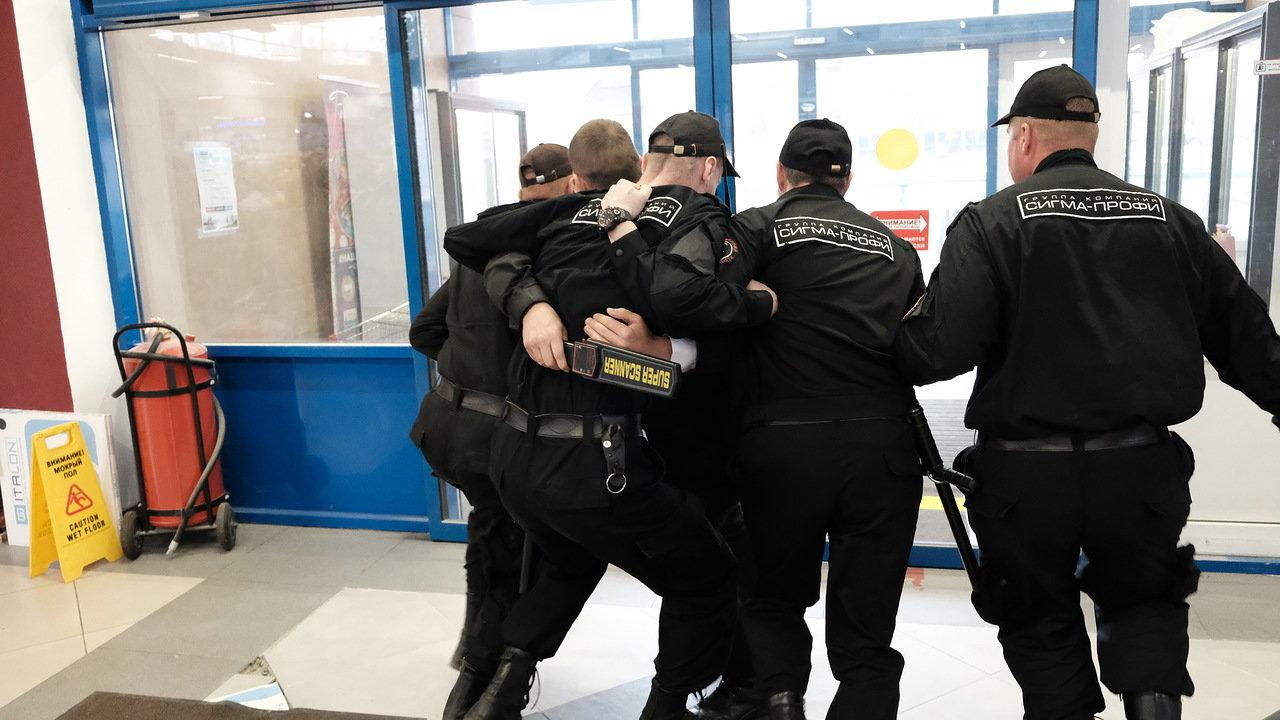 Имеет ли право охранник задерживать покупателя в магазине