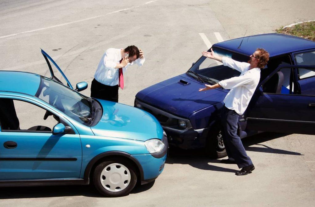Вместо разборок после ДТП, лучше свяжитесь с юристом, уведомите страховую компанию о случившемся.