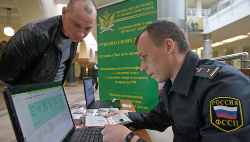 Приставы могут проверять граждан на предмет долгов в аэропортах, на вокзалах, в рейдах на дороге.